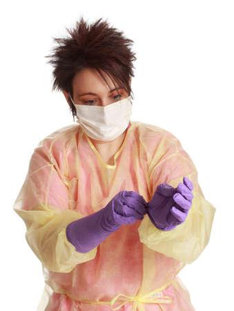 Vrouwelijke medische ordelijke dragen wegwerp uniform voor quarantaine patiëntenzorg Stockfoto