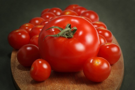 定期的に、木の板にチェリー トマト