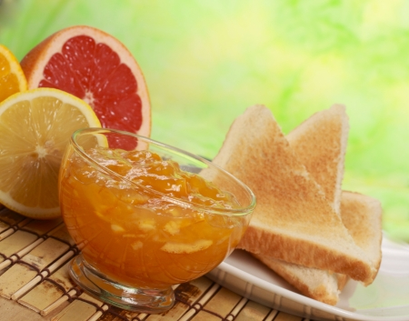 breakfast including citrus marmalade jam, bread and fresh fruits 版權商用圖片
