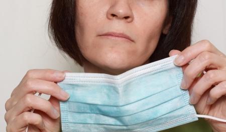 여자 착용 준비가에 근접 촬영 푸른 독감 마스크 스톡 콘텐츠