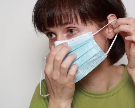 파란색 독감 마스크를 쓰고 중년 여성