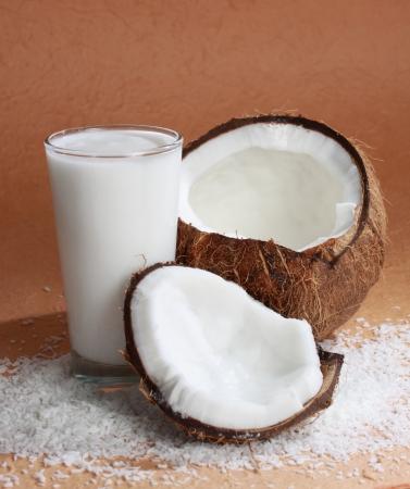 코코 우유로 채워진 유리와 코코넛 과일