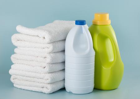 Laundry green detergent bottle and white bleach bottle Imagens