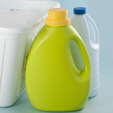 Laundry green detergent bottle and white bleach bottle 版權商用圖片
