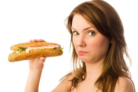 malos habitos: mujer joven y bella muestra su repugnancia a la comida r�pida