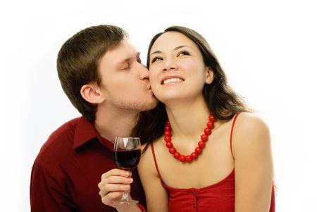 besos apasionados: rom�ntico joven hermosa joven vestida de rojo potable de vid y besos Foto de archivo