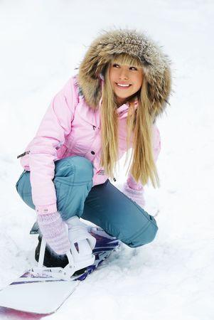 anticiparse: retrato de una bella mujer joven en la monta�a en una puesta de snowboard