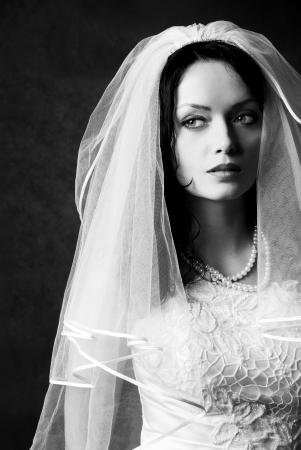 melancholijny: czarno-białe studio portret pięknej narzeczonej melancholijny