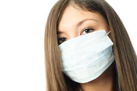 quirurgico: hermosa joven trabajador del hospital usando m�scara protectora contra el fondo blanco