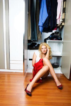 hesitating: reflexivo chica hermosa se sientan en el pa�s cerca del vestuario y dudando de lo que conste en