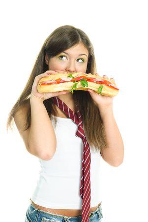 malos habitos: bastante joven comiendo un sandwich enorme, contra el fondo blanco aisladas
