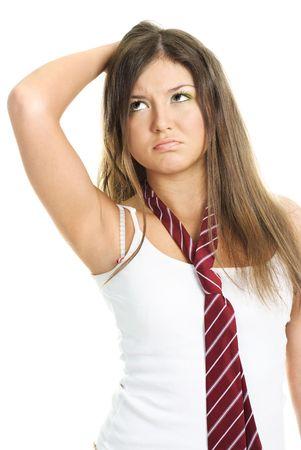 dudando: retrato de una bella chica vacilar contra el fondo blanco