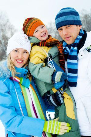 patinaje: familia de joven feliz pasar tiempo al aire libre en el Parque de invierno