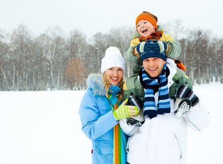 shoulder ride: familia de joven feliz pasar tiempo al aire libre en el Parque de invierno  Foto de archivo