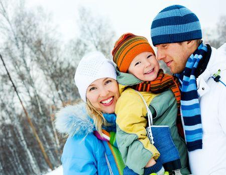 ropa de invierno: familia de joven feliz pasar tiempo al aire libre en invierno