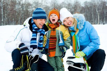 patinaje sobre hielo: felices padres j�venes va con su hijo de patinaje sobre hielo  Foto de archivo