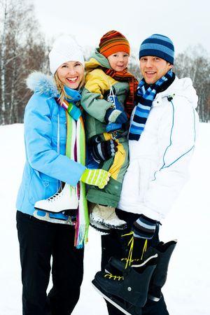 to skate: los padres j�venes felices va con su hijo de patinaje sobre hielo Foto de archivo