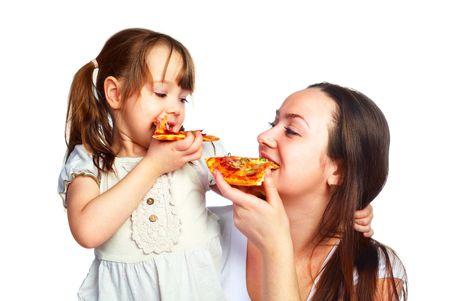 pareja comiendo: joven madre y su peque�a hija de comer pizza y divertirse