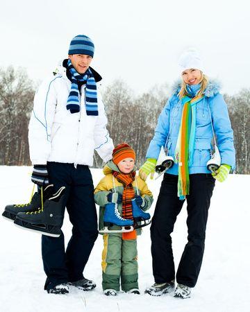 patinaje: los padres j�venes felices va con su hijo de patinaje sobre hielo Foto de archivo