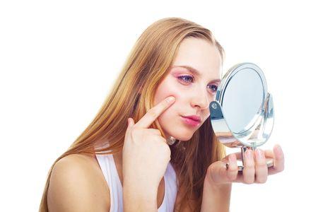 mirar espejo: Retrato de una joven y bella mujer tiene problemas de la piel  Foto de archivo