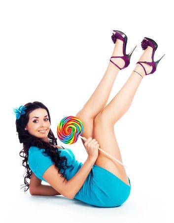piernas con tacones: hermosa joven Morena con una paleta en la mano