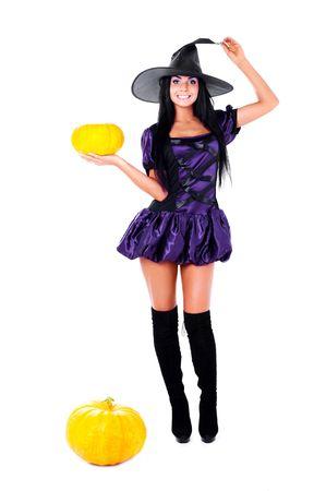 bruja: bastante joven Morena vestida como un hada con calabazas  Foto de archivo