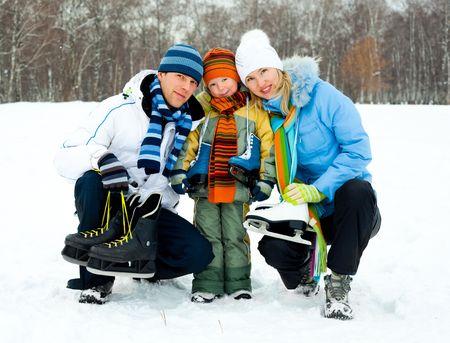 patinaje: felices padres j�venes va con su hijo de patinaje sobre hielo  Foto de archivo
