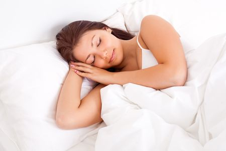 white linen: bastante Morena chica durmiendo en el lino blanco  Foto de archivo