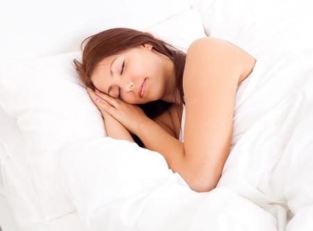 white linen: bastante Morena chica durmiendo en el lino blanco