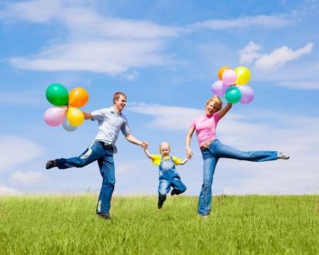 glückliche Familie mit Ballons im Freien an einem Sommertag Standard-Bild
