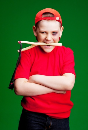 niño travieso con un moretón bajo su ojo con un tirachinas   Foto de archivo - 9315808