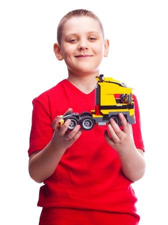 juguetes antiguos: feliz ni�o diez a�os con un coche de juguete, aislado contra blanco