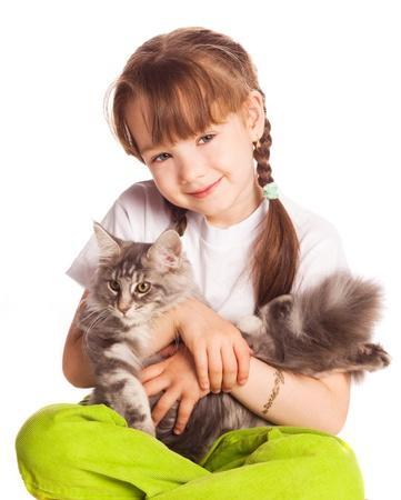 animalitos tiernos: feliz linda chica cinco a�o con su gato, aislado sobre fondo blanco Foto de archivo