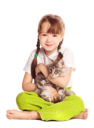 piedi nudi di bambine: felice cute girl di cinque anni con il suo gatto, isolato su sfondo bianco