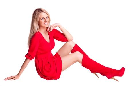 Schöne junge Frau trägt ein rotes Kleid, vor weißem Hintergrund isoliert
