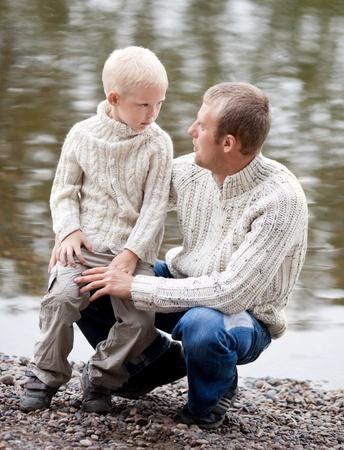 padres hablando con hijos: familia feliz, joven padre y su hijo de cinco a�os, cerca del lago al aire libre en un d�a de verano (se centran en el ni�o)