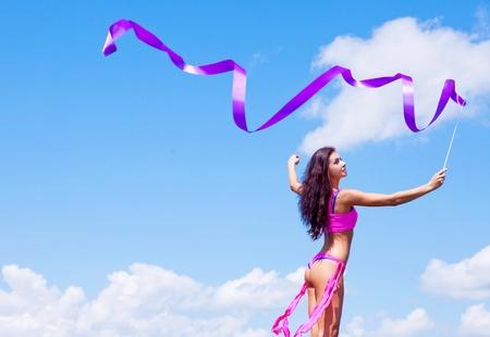optimismo: joven feliz con una cinta al aire libre en un d�a de verano