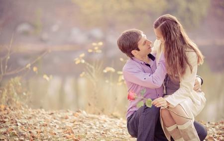 parejas caminando: la imagen de bajo contraste de un tiempo feliz joven pareja de gasto al aire libre en el parque de oto�o