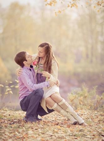 im�genes de bajo contraste de una feliz pareja rom�ntica pasar tiempo al aire libre en el Parque de oto�o   Foto de archivo - 10794764