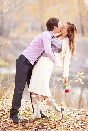 jovenes enamorados: imágenes de bajo contraste de una feliz pareja romántica pasar tiempo al aire libre en el Parque de otoño
