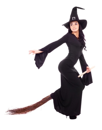 brujas sexis: bastante sexy joven bruja morena con una escoba, aislada sobre fondo blanco