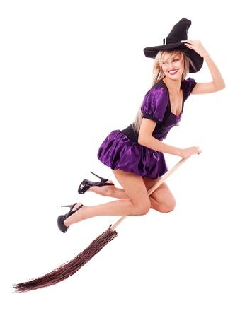 brujas sexis: bastante sexy joven bruja rubia volando sobre la escoba, aislada sobre fondo blanco