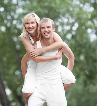 jovenes enamorados: feliz joven pareja pasar tiempo al aire libre en un día de verano (se centran en la mujer)