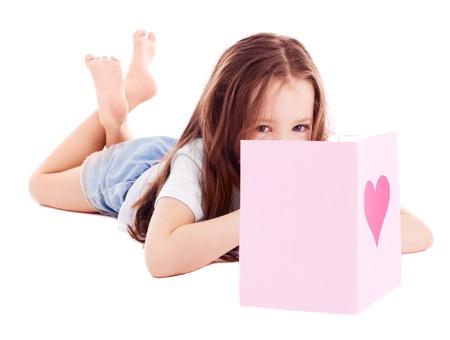 piedi nudi di bambine: ragazza carina sei anni con un San Valentino