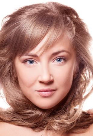 pelo castaño claro: mujer joven hermosa con una piel bella y saludable el cabello, aislado contra el fondo blanco