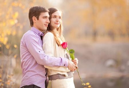 feliz joven pareja pasar tiempo al aire libre en el parque de otoño (se centran en el hombre) Foto de archivo