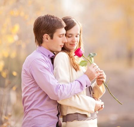 parejas caminando: feliz joven pareja pasar tiempo al aire libre en el parque de oto�o (se centran en el hombre)