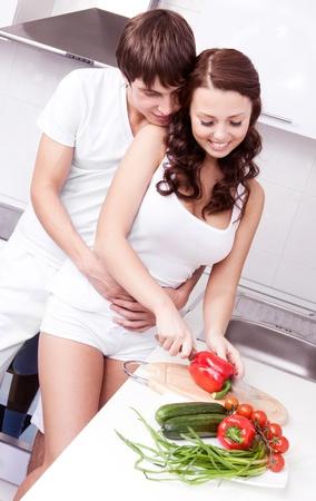 couple amoureux: heureux jeune couple aimant cuisiner ensemble dans la cuisine � la maison