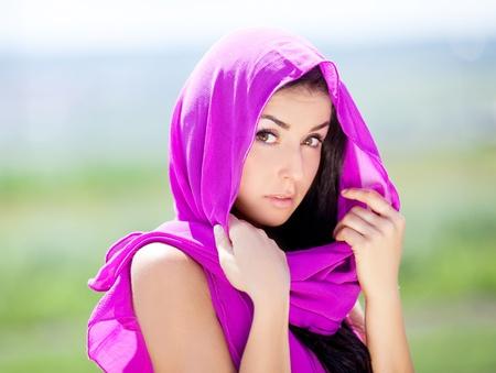 bailarinas arabes: Joven y bella morena bella mujer oriental, vestidos con ropa de color rosa y un chal al aire libre en un d�a de verano