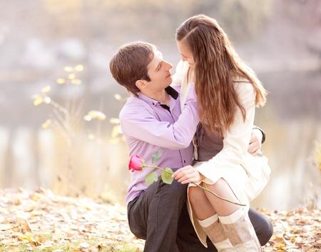 paix�o: jovem e feliz casal passar o tempo ao ar livre no parque do outono